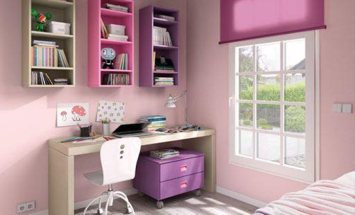 Organizar la habitación de los niños con unas estanterías sobre la zona de estudio