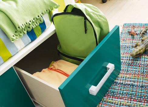 Para organizar la habitación de los niños te resultarán muy útiles los cajones bajo la cama. Dormitorio Niko de Kibuc