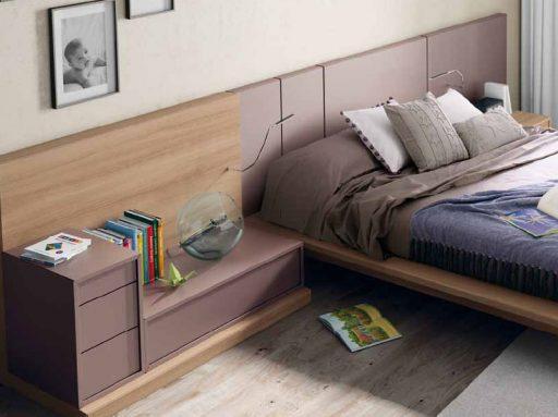 Brazo extensible con luz en el cabezal de esta cama Nuit de Kibuc.