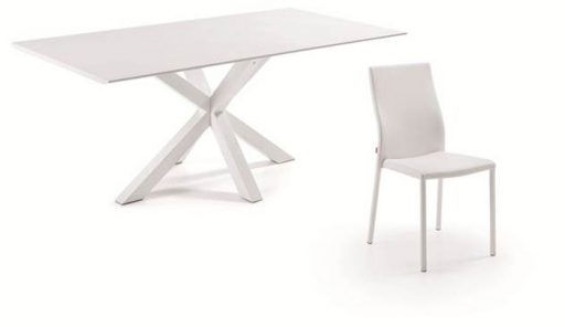 Rebajas del mueble Kibuc. Mesa Arya y sillas Aura. Mesa en acabado en lacado blanco.
