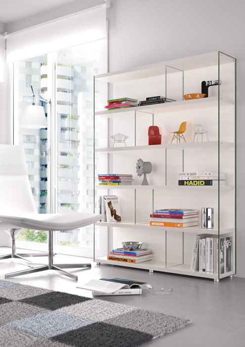 Trucos para agrandar el salón visualmente. Librería de la colección Eko-s de Kibuc con laterales de vidrio.