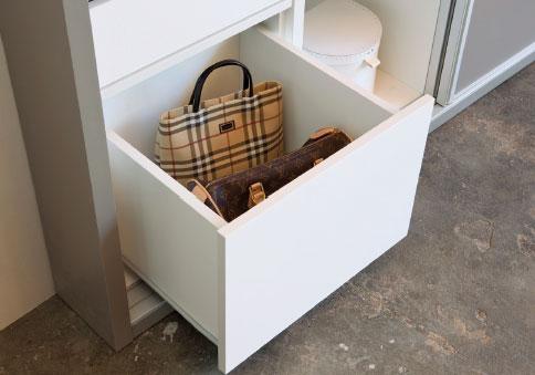 Armarios a medida BOX de Kibuc. Personalización de interiores. Cajones para organizar tus bolsos