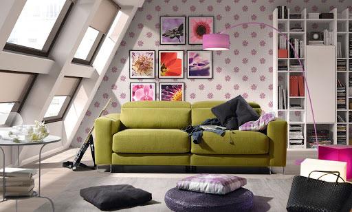 Cómo distribuir los cuadros en la pared. Sofá Tuit de tela tres plazas grande y en color verde con patas cromadas.