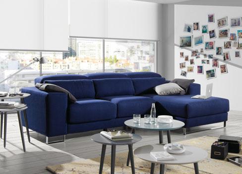 Elegir la tela del sofá. Sofá Tuit de tela tres plazas con chaise longue a la derecha en color azul y patas cromadas. Con sistema de asientos deslizantes manuales.