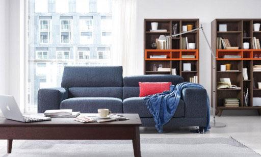 Elegir la tela del sofá. Sofá Maui de dos plazas con mecanismos deslizantes manuales y pata metálica.