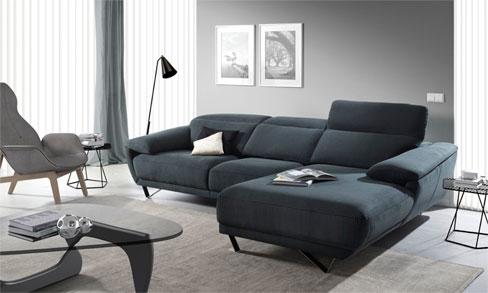Elegir la tela del sofá. Sofá Arona con chaise longue a la derecha de diseño con líneas moderna, con reposa cabezas reclinable y patas metálicas.