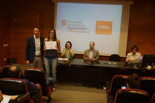 Entrega de los premios kibuc, curso 2015, a los proyectos de diseño. Xavier Sòria, presidente de Kibuc, con una de las ganadoras
