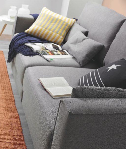 Decorar el sofá con cojines. Sofá BCN de tres plazas.