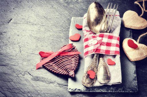 deas inspiradoras para decorar tu mesa. Corazones