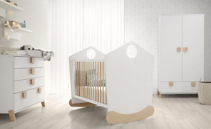 876f572a4 Esta opción de cuna con balancín es muy tierna, con esta opción de  habitación para el bebé será un lugar precioso y tranquilo.